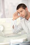 tröttad working för affärsman bärbar dator Royaltyfri Foto