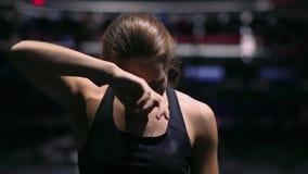 Tröttade den sunda kvinnan för kondition efter styrkautbildningsövning stock video
