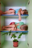 tröttade hemliga ungar Arkivfoton
