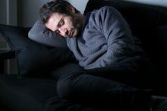 Tröttat och deprimerat ligga för man Arkivbild