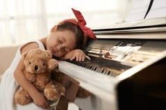 Tröttat på att spela pianot royaltyfria foton
