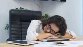 tröttat sova för affärskvinnaskrivbord lager videofilmer