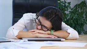 tröttat sova för affärskvinnaskrivbord arkivfilmer