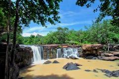 Trübestrom in der frühen Regenzeit bei Tat Ton Waterfall Stockfoto