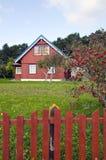 trädgårds- hemmanhus stor gård Arkivbild
