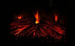 Tr?br?nning i en spis hemma St?ng sig upp av brinnande vedtr? i spisen burning spis Brand som ska h?llas varmt royaltyfria bilder