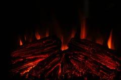Tr?br?nning i en spis hemma St?ng sig upp av brinnande vedtr? i spisen burning spis Brand som ska h?llas varmt royaltyfri fotografi