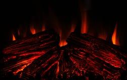 Tr?br?nning i en spis hemma St?ng sig upp av brinnande vedtr? i spisen burning spis Brand som ska h?llas varmt arkivbild