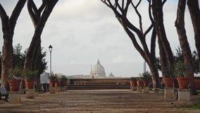Tr?d som v?xer i gr?nden n?ra apelsintr?dg?rden, Rome, Italien Giardino degli Aranci, bl?sig vinterdag r lager videofilmer
