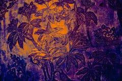 Tr?det och blommakonstm?lningarna p? tegelplattor l?ngs gallerierna av templet av Emerald Buddha royaltyfria bilder