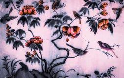 Tr?df?gel och blommakonstm?lningar p? tegelplattamodellv?ggen och svartvitt f?r f?rg som isoleras l?ngs gallerierna av templet av royaltyfri bild