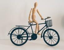 Tr?diagram som poserar i en cykel, ett lopp och en livsstil royaltyfri foto