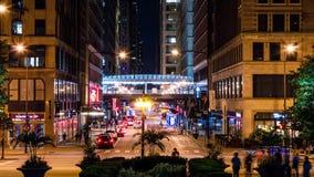 Tr?fego de cidade urbano na noite Povos que andam em torno de Chicago do centro Lapso de tempo video estoque