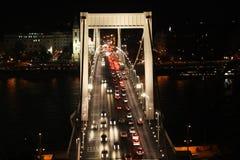 Tr?fego na ponte de Elisabeth na noite Budapest, Hungria imagem de stock