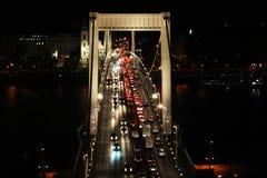 Tr?fego na ponte de Elisabeth na noite Budapest, Hungria foto de stock royalty free