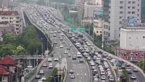 Tr?fego ocupado sobre a passagem superior na cidade moderna, Shanghai, China vídeos de arquivo