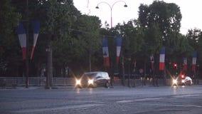 Tr?fico de coche c?ntrico de Par?s en el bulevar de Champs-Elysees en luz del crep?sculo