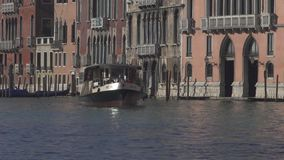 Tr?fico del barco y edificios hist?ricos del palacio en el canal grande en Venecia metrajes