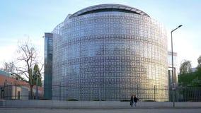 Tr?fico delante de la embajada de Arabia Saudita en Berl?n, Alemania almacen de video