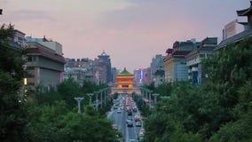 Tr?fico en centro de la ciudad cerca del campanario, Xi'an, Shaanxi, China almacen de video