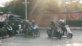Tr?fico en las calles de Asia Los ciclomotores, los coches y las bicicletas van en el camino C?mara lenta almacen de video
