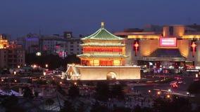 Tr?fico ocupado alrededor del campanario en la puesta del sol, Xi'an, Shaanxi, China metrajes