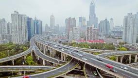 Tr?fico ocupado sobre el paso superior en la ciudad moderna, Shangai, China almacen de metraje de vídeo