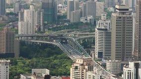 Tr?fico ocupado sobre el paso superior en la ciudad moderna, Shangai, China metrajes