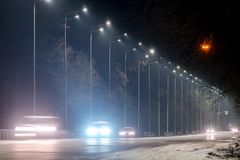 Tr?fico r?pido en la noche Estaci?n del invierno concepto del camino, el retiro de nieve y de hielo, el peligro y la seguridad de imágenes de archivo libres de regalías