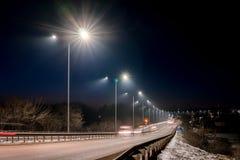 Tr?fico r?pido en la noche Estaci?n del invierno concepto del camino, el retiro de nieve y de hielo, el peligro y la seguridad de fotos de archivo libres de regalías