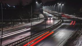 Tr?fico r?pido en la noche Estaci?n del invierno concepto del camino, el retiro de nieve y de hielo, el peligro y la seguridad de fotos de archivo