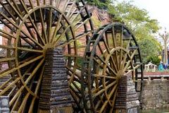 Tr?hjulet av ett vatten maler i en fyrkant av den forntida staden av Lijiang, Yunnan, Kina royaltyfri foto