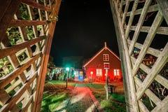 Tr?hus p? natten i Nida fotografering för bildbyråer
