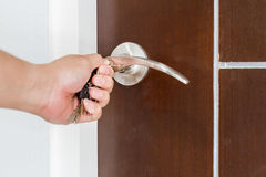 Tür mit Schlüssel eigenhändig zuschließen oder entriegelnd Stockbild