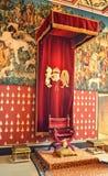 Trône royal dans la salle historique images stock