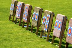 Tr?s alvos do tiro ao arco em seguido em um campo de grama em um dia ensolarado imagens de stock royalty free