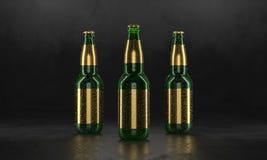 Tr?s garrafas de cerveja que est?o em uma tabela preta r?stica Cerveja trocista acima As garrafas de cerveja molhadas withgolden  imagem de stock royalty free