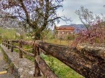 Tr?staket och gammalt hus i en by royaltyfri fotografi