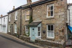 Tr Tradycyjny uroczy dom w ulicie w wiosce rybackiej, Cornwall, Anglia obraz royalty free