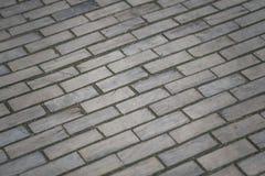 Tr?trottoar Träväg, gammal väg, gamla trätegelstenar på stenläggningen arkivfoton