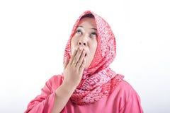 Tr?tt s?mnig kvinna som g?spar b?rande hijab arkivbilder