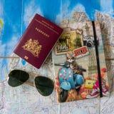 Tr?umen ?ber das Reisen Pass der Niederlande, der Sonnenbrille und des Notizbuches stockfotografie