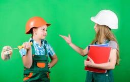 Tr?umen ?ber neues Spielzimmer Heimwerkent?tigkeiten Zuk?nftiger Beruf Kinderm?dchen, die Erneuerung planen Kinder lizenzfreies stockbild