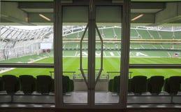 Tür und Reihen der Sitze im Stadion Lizenzfreie Stockfotografie