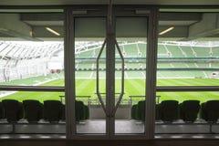 Tür und Reihen ofseats im Stadion Lizenzfreies Stockbild