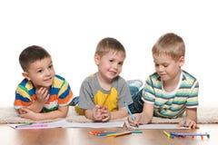 Tração alegre pequena dos meninos no papel Fotos de Stock