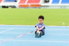Tração asiática nova do menino uma corda na trilha azul no estádio Imagem de Stock