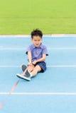 Tração asiática nova do menino uma corda na trilha azul no estádio Imagens de Stock Royalty Free