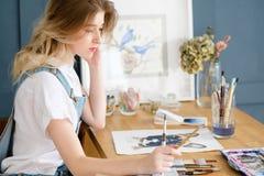 Tração astuta da menina do talento da personalidade do passatempo da pintura Imagens de Stock Royalty Free