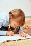 Tração da criança com pastéis coloridos Fotografia de Stock